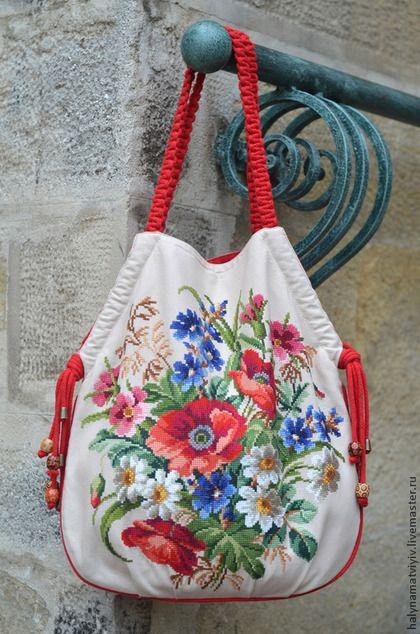 Купить или заказать Сумка 'Синий лен' в красном в интернет-магазине на Ярмарке Мастеров. Яркая текстильная сумка, выполненная из плотной ткани 100% лен бежевого цвета. Украшена вышитыми вручную крупным крестиком полевыми цветами. Красивая подкладка с цветочными мотивами - натуральный хлопок, внутри карман для мелочей на змейке. Закрываетса сумка на магнитную кнопку. Красные плетеные ручки длиной 60 см. Размер сумки - 45 х 40 см.