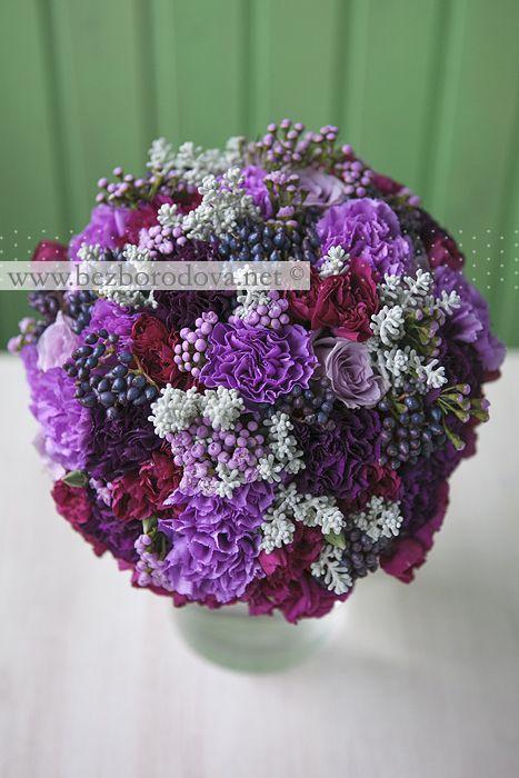 Сиренево-лиловый свадебный букет с синими ягодами