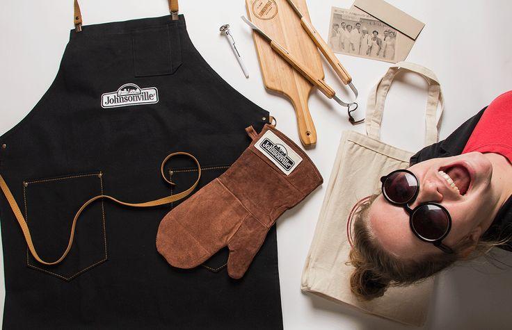 Photo shoot d'objets promotionnels (tablier, mitaine de four, planche de service, Instruments pour BBQ) développés pour notre client Johnsonville Sausage. (2015) #promo #Johnsonville #photobomb