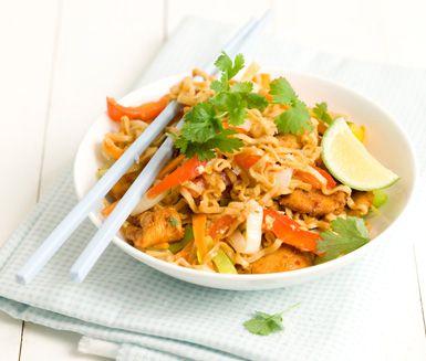 Ett smakrikt recept på en rätt inspirerad av det asiatiska köket. Bami goreng med ägg och ketjap manis gör du av bland annat nudlar, vitlök, purjolök, kyckling, sambal oelek, ägg och lime. Enkelt och otroligt gott!