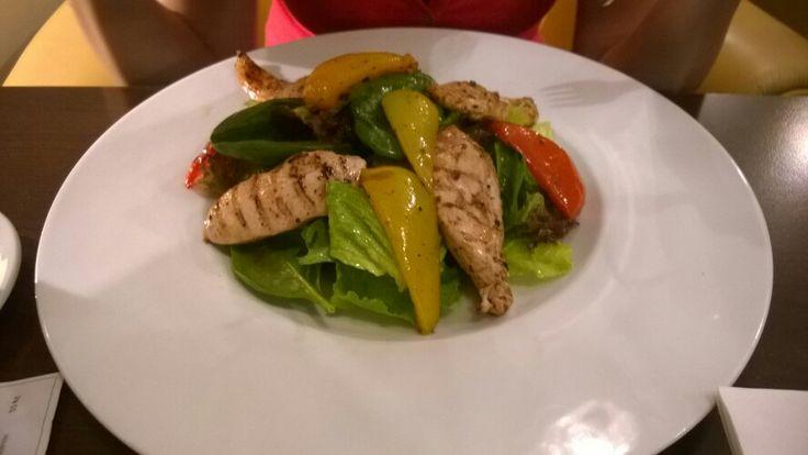 Salát Golfi s restovanými kuřecími prsíčky, směsí salátů a grilovanou paprikou, francouzská bageta