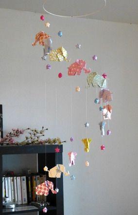 Ce mobile en origami est idéal pour décorer chambre de bébé et d'enfant, et parfait pour faire un joli cadeau de naissance. Il se compose de 12 Origami Eléphants, en papier - 16229840