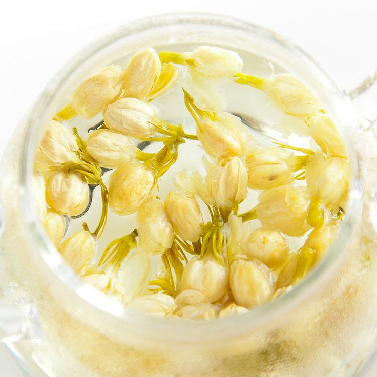 #茉莉花茶 是 #白茶 的一種,又稱為 #茉莉香片 。製作材料為茶葉以及茉莉花,因此能兼有二者的香味。