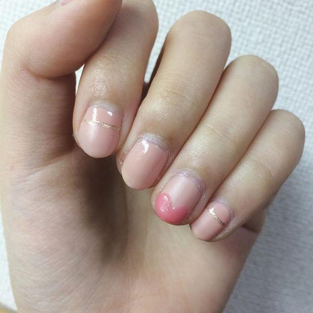 別カット . ナチュラルなピンクネイルの 一本をハートフレンチに。 . 色数を抑えつつ、マットトップコートで 変化をつけました。 マットピンクの上にぷっくり作った ハートがお気に入り💗 . ①#キャンドゥ のTMベースコートを1度塗り ②NailNailの#ボリュームジェルカラー  #アンティークローズ を2度塗り ③指ごとに仕上げる 〈親指・中指〉 ・もう一度アンティークローズを重ねる 〈人差し指・小指〉 ・マステでまっすぐラインを作って#マットトップコート を塗る。 ・乾いたら#ネイルホリック の極細ゴールドでライン 〈薬指〉 ・全体にマットトップコート ・#エスポルール #ジェル風トップコート でハートラインを2度塗り ・#イッツデモ #ナチュラルネイルカラー #ストロベリーピンク でハートに色をつける ・ハート部分に#キャンメイク の#ジェルボリュームトップコート . ハートはジェル風仕上げのポリを 重ねることで厚みを出すのがポイント。 . 今回使用したアンティークローズが トップいらずのものなので ハート以外トップコート塗ってませんが、 必要に応じて親指・中指や、…