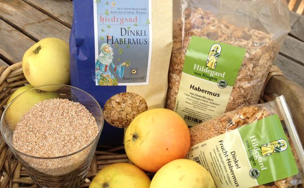 Der Apfel wurde von Hildegard als wertvolles Nahrungsmittel beschrieben und wird in der Hildegardküche täglich im Dinkelhabermus, dem kräftigenden Hildegard Frühstück, eingesetzt.