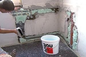Beim Verputzen einer Wand ist Technik gefragt! Wir machen vor, wie und womit zu arbeiten ist, um eine Innenwand mit Sanierputz zu verputzen.
