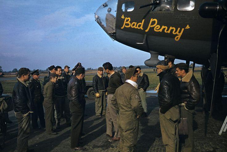 ROBERT CAPA | Tripulantes estadounidenses se paran frente a un bombardero B-17 que está siendo preparado para despegar de una base de la Real Fuerza Aérea para un bombardeo diurno sobre la Francia ocupada. Este B-17 fue uno de los primeros 300 traídos al extranjero por las Fuerzas Aéreas del Ejército de los Estados Unidos. Inglaterra, 1942