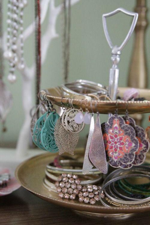 Aan een tak, in een kopje of om een kandelaar, of zelfs ingelijst. Je ringen, kettingen, armbanden en oorbellen kun je leuker opbergen dan in een lade!