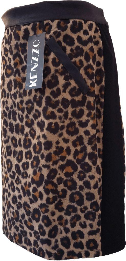 Falda estampada manchas de leopardo, con tapetas de semi piel simulando bolsillos, cintura también en semi piel. Laterales elásticos de color negro efecto reducción de silueta.