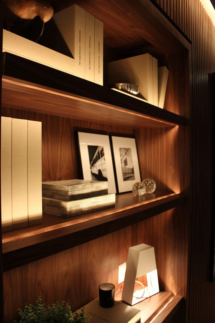 O fio de led instalado dentro da madeira das prateleiras criou um efeito de iluminação no comprimento total da mesma, destacando tudo que está nela.