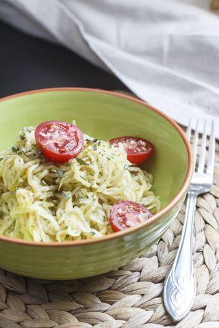 Kohlrabisalat mit Pep 2 Kohlrabi (ca. 700 g) 3 TL Salz 2 TL Zucker 4 EL Balsamico bianco 2 TL grüne Thai-Currypaste (wird sehr scharf, lieber weniger nehmen)
