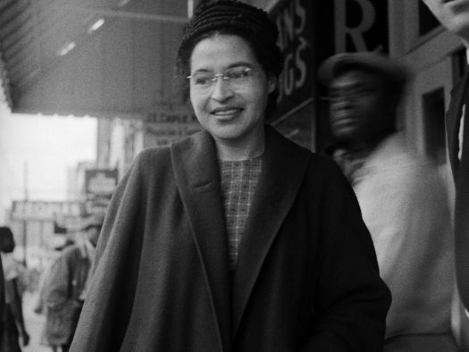 Rosa Parks 1913 - 2005: Afro-américaine et mère du mouvement des droits civiques américain En 1955, elle refuse de céder sa place dans le bus à un homme blanc. Elle fut  accusée de violer les lois de ségrégation raciales. Elle reçu une amende mais fit appel à ce jugement. Son refus fut à l'origine d'un mouvement de contestation dont Martin Luther King est à l'origine. En 1956, la Cour suprême casse les lois ségrégationnistes dans les bus, les déclarant anticonstitutionnelles.