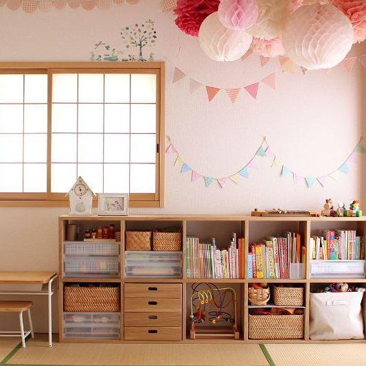 おもちゃ収納は、無印のスタッキングシェルフを使ってます☺ ぴったりハマるモジュールを組み合わせて、年齢に合わせた収納が作れて&長く使えるのが魅力♡ キッズデスクはモモナチュラルです   #無印 #良品週間 #スタッキングシェルフ #子供部屋 #子供部屋インテリア #整理整頓 #おもちゃ収納 #モモナチュラル #キッズデスク #建売 #建売住宅