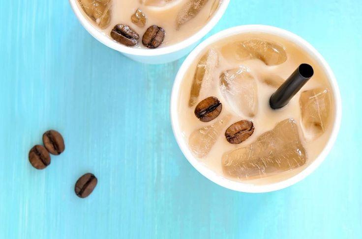 Niets fijner danwakker worden op een warme zomerochtend met een beker ijskoffie. Of als wake up call tijdens een tropisch middagje op je werk, kan natuurlijk ook. De gewone versie is al heerlijk. Maar wij hebben een aantal manieren om 'm nóg lekkerder te maken. [1] IJskoude 'koffieblokjes' Om je ijskoffie extra smaak te geven, gebruik je geen ijsklontjes van water, maar van… *tromgeroffel* koffie! Dit doe je zo: maak koffie, zo sterk als je zelf wilt, enzorg vooreen hoeveelheid waardoor…