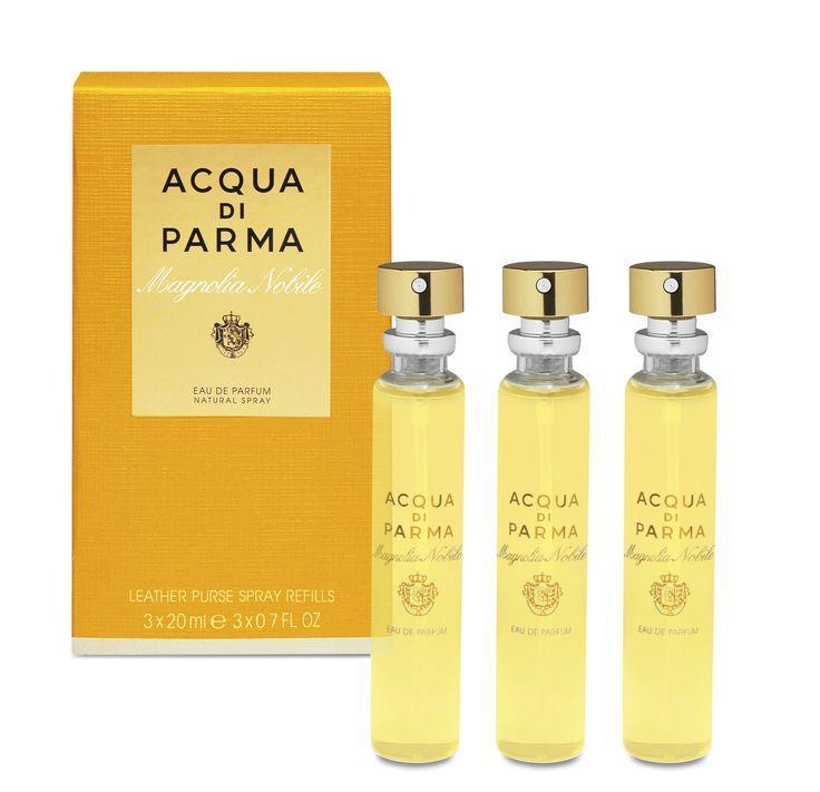 Acqua di Parma Magnolia Nobile Leather Purse Spray Refills 3x20ml 60ml  Acqua di Parma Magnolia Nobile Leather Purse Spray Refills. De oevers van het Comomeer zijn bekleed door elegante villa's met prachtige tuinen. Een mix van bedwelmende parfums en de stralende nobele geur van magnolia zo perfect thuis in deze prachtige tuinen. Met fluweelzachte bloemblaadjes symboliseert de magnolia een lichtgevende en aristocratische vrouwelijkheid. Een uitdrukking van sensualiteit tegelijk krachtig en…