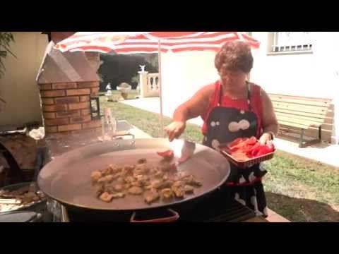 La Mamie qui nous dévoile sa recette familiale de la paella au feu de bois pour douze personnes.