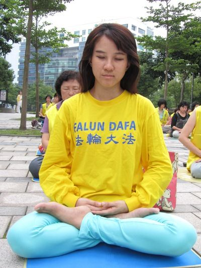 a brief history of the chines practice of falun gong Falun gong is a modern chinese spiritual practice that focuses on meditation and qigong exercises to align the chi (the body's life energy) a blend of buddhist and daoist traditions form its basis.