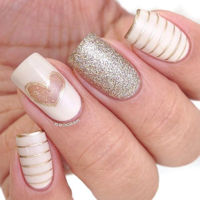 base blanca con decoración de rayas doradas con glitter..... corazón sin base y relleno de glitter dorado....