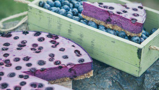 Raw cukrařina je stále na vzestupu, má totiž několik nesporných výhod. Raw zákusky a dorty neobsahují mouku. Příprava je zpravidla velmi rychlá a jednoduchá, pokud máte po ruce výkonný mixér. Dezerty sice nejsou dietní, ale jsou pouze ze zdravých surovin – a to se počítá!