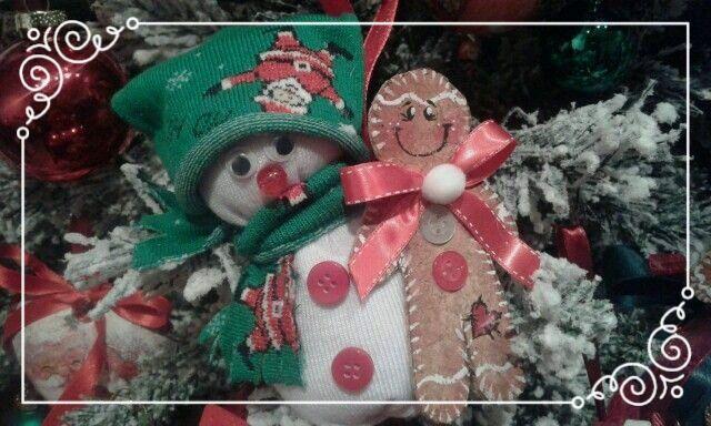 Pupazzo di neve realizzato con calzino in cotone e applicazioni con Gingerbeadman in sughero. Realizzabile in varie misure e utilizzabile come ferma porta a partire da €20,00
