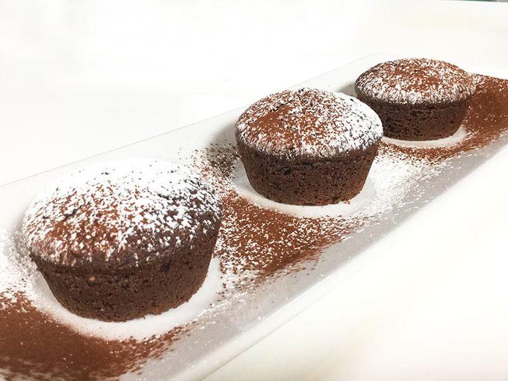 torta-mokaRicotta : 250 g Zucchero : 200 g Lievito vanigliato : 1 bustina Olio di semi (oppure olio di oliva leggero) : 100 ml Uova : 3 Farina 00 : 100 g Farina di castagne : 30 g Maizena : 30 g Nocciole pelate tritate finemente : 50 g Caffè (una tazzina) : 130-140 ml Cacao amaro : 20 g Miele di acacia : 1 cucchiaino Liquore al caffè (oppure noce/nocciola) : 1 cucchiaio Sale : un pizzico