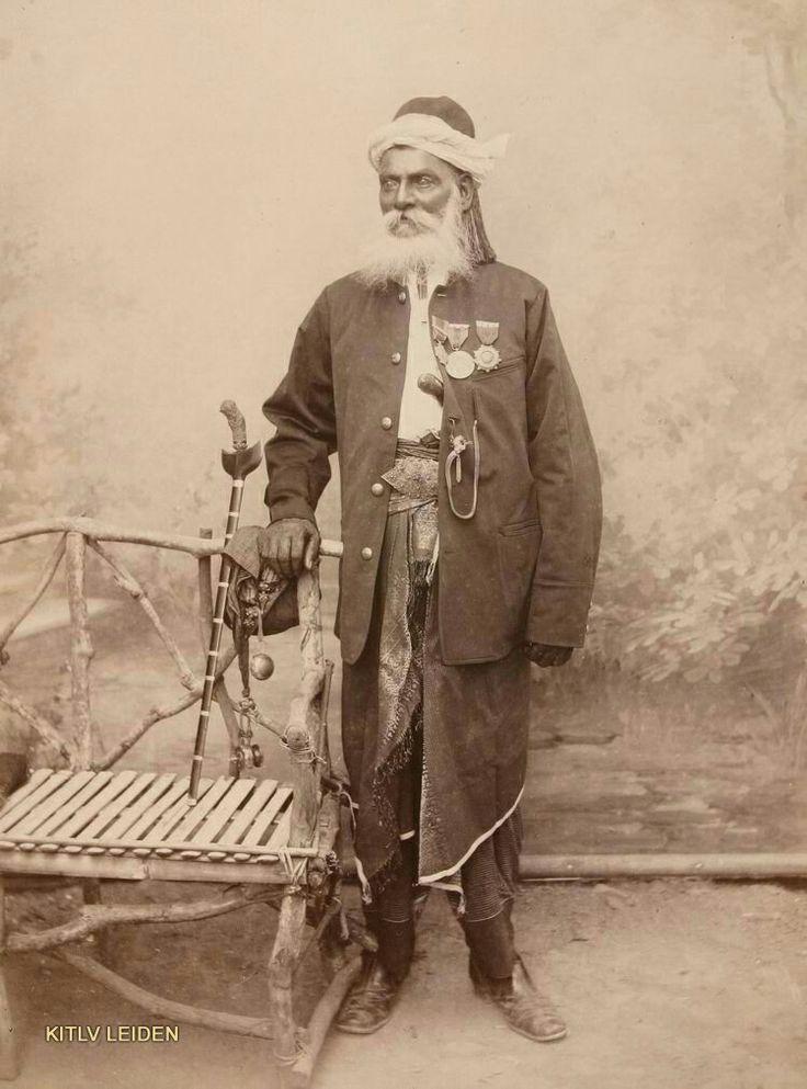 Teukoe Panglima Maharadja Sjahbandar Tiban Moehamad, vermoedelijk te Koetaradja. Hij draagt de enige bestaande Atjehse ridderorde (in stervorm), geschonken door sultan Mansoer Sjah rond 1860
