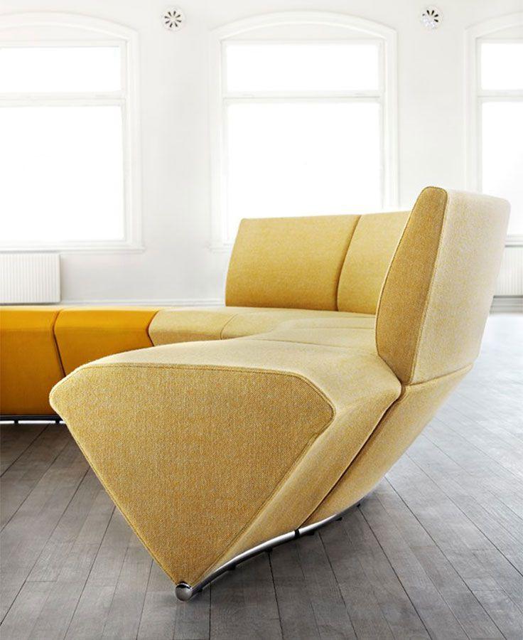 Wartezimmer Designer Sitzbank in Prismenform mit Stoffbezug gepolstert - by Kinnarps Skandiform