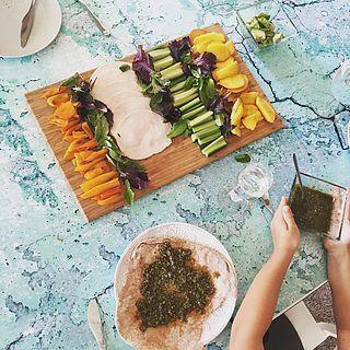Wraps maken is zo makkelijk! Deze waren met basilicum pesto, kipfilet, komkommer, geroosterde paprika, nectarine en sla. Oh, en avocado! Ook leuk voor picknicks.
