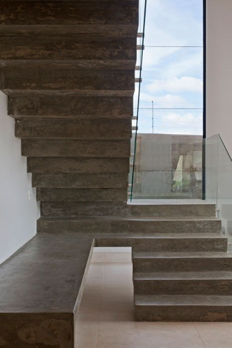 """Especialista em bioconstrução, a arquiteta brasiliense Karla Amaral Madrilis decidiu revestir de cimento queimado a escada de alvenaria. Opção ditada por acabamento, custo e praticidade. """"O cimento queimado é mais barato em relação aos materiais convencionais do mercado e é de fácil execução e manutenção"""", afirma Karla. Os proprietários ainda ganharam um aparador como extensão da escada. Um bom exemplo publicado na comunidade CasaPRO de como aproveitar melhor cada cantinho da casa."""