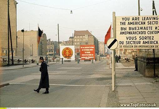 COL - Deutschland / DDR. Mauerbau Berlin. Grenzkontrollpunkt Checkpoint Charlie in der Friedrichstrasse - Ecke Zimmerstrasse in Kreuzberg<br>- August 1961<br><english> Germany / GDR. Construction of the wall. Berllin Checkpoint Charlie. Border crossing Friedrichstrasse / Zimmerstrasse. August 1961 </english>
