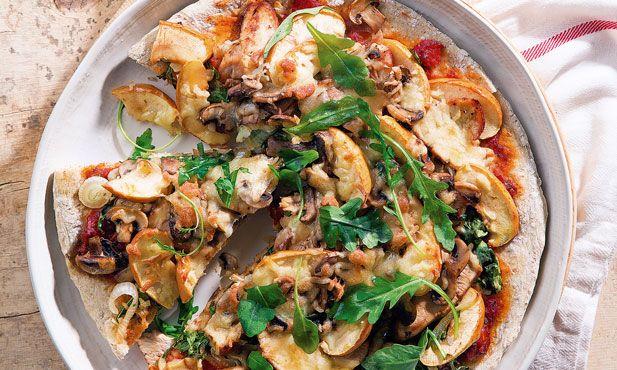 Prepare a massa caseira e recheie com peru e cogumelos salteados, com maçã fresca e rúcula para terminar. Uma pizza de peru para a toda família .