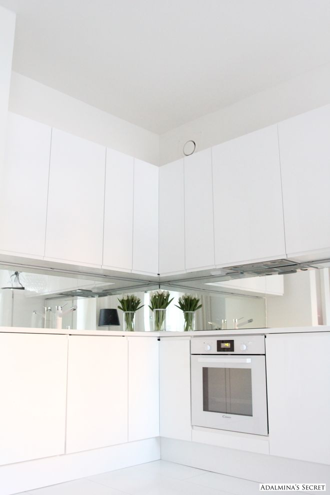 Simple White Kitchen | Mirror backsplash | Idea/ Inspiration