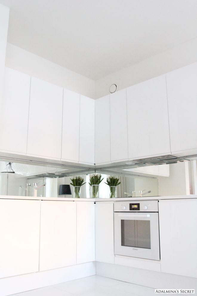 White Kitchen | Adalmina's Secret espejo en el entrepaño para agrandar espacios pequeños o iluminar cocinas oscuras