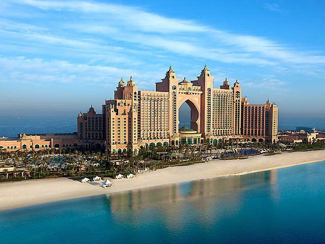 Das Atlantis The Palm ist eines der bekanntesten Luxushotels in Dubai! Das familienfreundliche Resort liegt auf der ersten künstlich erschaffenen Palmeninsel von Dubai. Das Hotel der Superlative verfügt über 17 Restaurants, Bars und Lounges und einen Nightclub. In den Lost Chambers können Sie auf den Spuren der mystischen, versunken Stadt Atlantis wandeln und in der Ambassador Lagoon 65.000 Süß- und Salzwasserfische, darunter Mantas, Stachelrochen und Haifische beobachten.