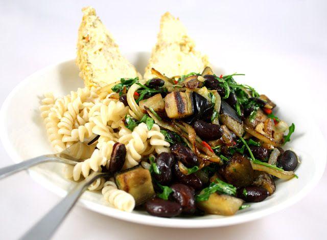 Veganmisjonen: Auberginepanne med kidneybønner og ruccola