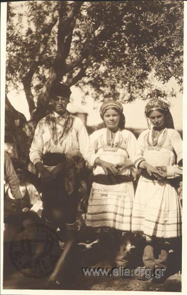 Νέοι με παραδοσιακές φορεσιές. Τόπος Ρόδος Χρονολογία 1925-30 Αρχείο/Συλλογή ΚΑΛΑΣ, ΝΙΚΟΛΑΣ (Καλαμάρης )