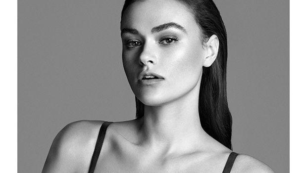 La modella è con alcune colleghe il nuovo volto della campagna Calvin Klein: cosa c'è di strano? Porta la taglia 42...
