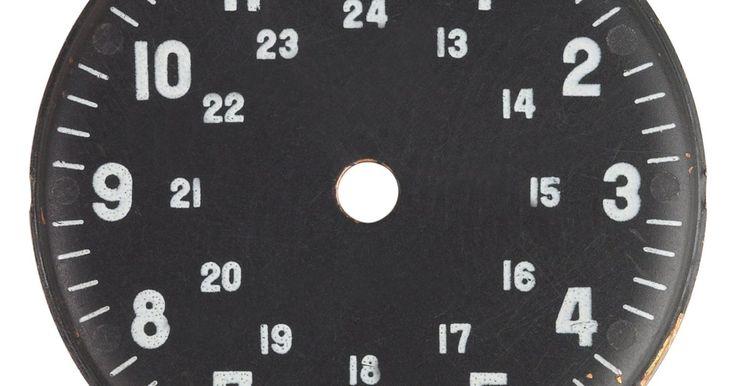 """Cómo aprender a usar el reloj de 24 horas. Un reloj de 24 horas también es conocido como de hora militar o astronómica. A diferencia de la hora estándar, que funciona en un reloj de 12 horas, un reloj de 24 horas no divide el día en """"a.m."""" y """"p.m"""". Con un reloj de 24 horas, no existe confusión acerca de si la hora es a.m. o p.m., y es una forma universal de decir la hora. Puedes tener ..."""