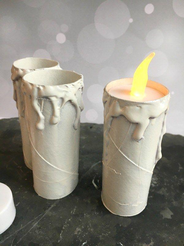 Halloween Geisterkerzen aus Klorollen, die mit Heißkleber verziert und dann angemalt wurden!  Mehr Ideen gibt es hier: http://www.moms-blog.de/ideen-halloween-party-kinder/