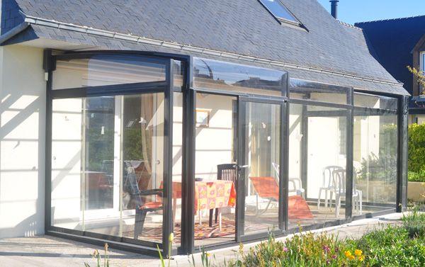 Une Terrasse Couverte Transparente Verandream Abri Pour Terrasse Piscine Veranda Retractable Pergola En 2020 Terrasse Couverte Terrasse Veranda Retractable