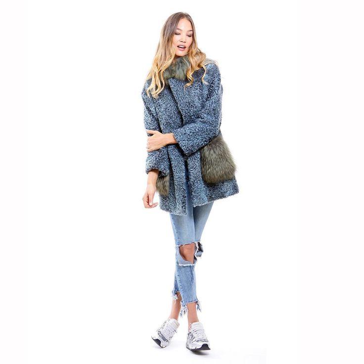 Abrigo corto de astrakan súper versátil y desenfadado 😍  Nos tiene enamorados! ⠀  #peleteriagabriel #fur #furcoat #furcollar #peleteria #bluefur #colorfur #altapeleteria #zaragoza #astrakan⠀