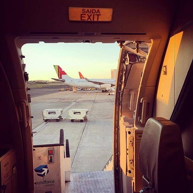 Desembarcar com esta vista é especial não acham? :) // Getting off the aircraft with such a view is special don't you agree? :) (@jorgefpedroso Comissário de Bordo/Flight Attendant) #crewlife #staralliance #tapportugal Hotels-live.com via https://www.instagram.com/p/BDThsQMpD13/ #Flickr