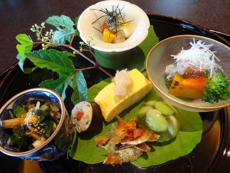 京都で本場の京料理を味わいたいなら料亭に足を運んでみてはいかがでしょうか?普段和食を口にする機会があるのは割烹だという方がほとんどだと思いますが、せっかく本場に行く機会があるのであれば、ミシュランガイドに掲載された事があるお店で舌鼓をうつのもいいし、歴史があり、文人や政界の方が訪れるような立派なところで、お腹だけではなく、雰囲気や素晴らしい盛り付けを楽しむのもいいと思います。少しずつ運ばれる芸術品ともいうべき品々をゆっくりと味わいながら、お酒を傾ける時間は格別です。お値段は張りますが、ランチタイムに営業しているところもあるので、あわせてご紹介します。 【関連記事】 嵐山観光を120%楽しみたい人にお勧めの観光プラン5選 1.吉兆 http://fatdoglife.blogspot.jp/2014/05/blog-post.html 京都嵐山が本店の日本を代表する京料理・懐石料理・日本料理の高級料亭です。 海外の要人や外国人旅行客の人気も高く、「ミシュランガイド関西2014年」において3つ星を獲得しています。 http:&#x...