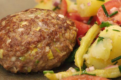 Boontjes, aangemaakt met azijn en gemengd met tomaten en aardappelen: Jeroen maakt een perfecte salade voor een mooie zomerdag. Hij geeft er zelfgemaakte hamburgers met prei bij. De rauwe, gesnipperde prei wordt gemengd met het gehakt en gaart samen met de burgers.