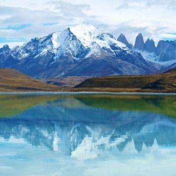 Le Parc National Torres del Paine, situé au Chili entre la Cordillère des Andes et la steppe de Patagonie, est une réserve de biosphère inscrite au patrimoine mondial de l'Unesco qui abrite aussi des chemins de trekking réputés. Ses nombreux refuges permettent de multiplier les sentiers mais le trek du W, appelé ainsi car il remonte successivement dans 3 vallées, (80 kilomètres pour 4-5 jours de marche) est le plus pratiqué.