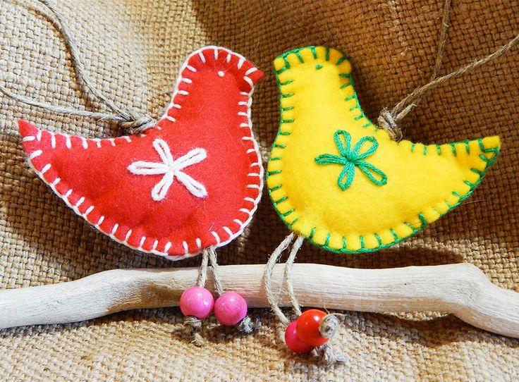 Uccellino chiudipacco realizzato in panno, colori accesi decisamente folk, tagliato, cucito e ricamato a mano con cordino da legare ai pacchetti regalo, sarà poi utilizzabile come addobbo per l'albero.