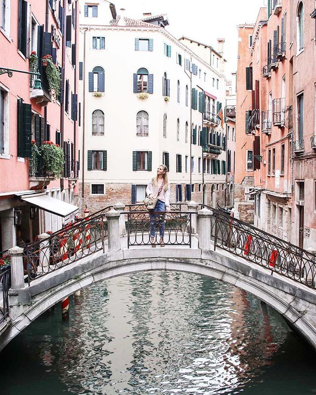 If you read a lot nothing is as great as youve imagined. Venice is - Venice is better (Fran Lebowitz) #23ttravels @thetraveltag . . . #doyoutravel#mydestinationguide#wonderful_places#mustsee#wanderlusting#postcardplaces#aggietribe#globelletravels#lonelyplanet#planetearth#roamtheplanet#thetravelwomen#beautifuldestinations#beautifulmatters#darlingescapes#dametraveler#femmetravel#wearetravelgirls#sidewalkerdaily#traveltagged#venice #visitvenice