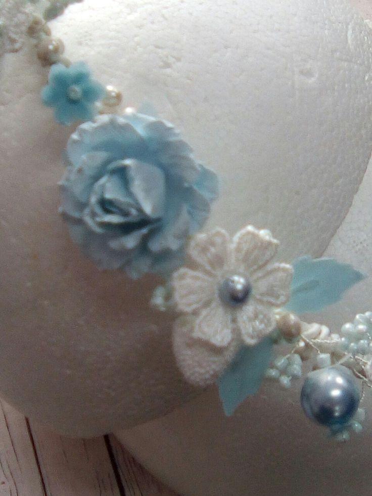 Corona de flores hecha a mano. Diseño y fabricación propia. visita nos calle Montalbán 13 Granada. Comuniones Granada. Hecho a mano.