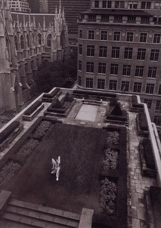 """""""Городской ангел"""", 1993 г. Модель: Эмбер Валлетта Фото: Питер Линдберг"""