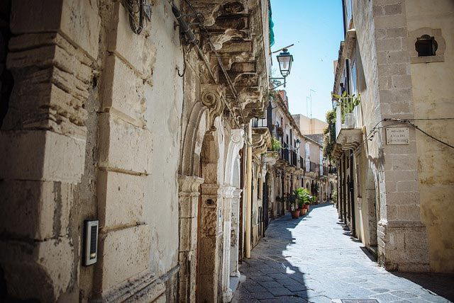 Ortigia Island is a white pearl in Syracuse, Sicily. This magical place full of history and poetry is a UNESCO World Heritage Site. Discover all its charm!